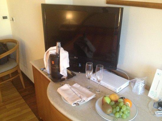 Hotel La Fonte: Frutta e bottiglia di vino