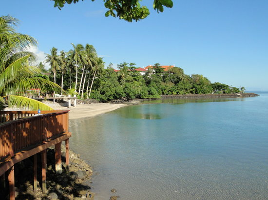Le Uaina Beach Resort: Beach, shallow water towards Piula cave pool entrance