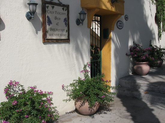 Casa Tuscany Inn: Ring the bell and come on in.