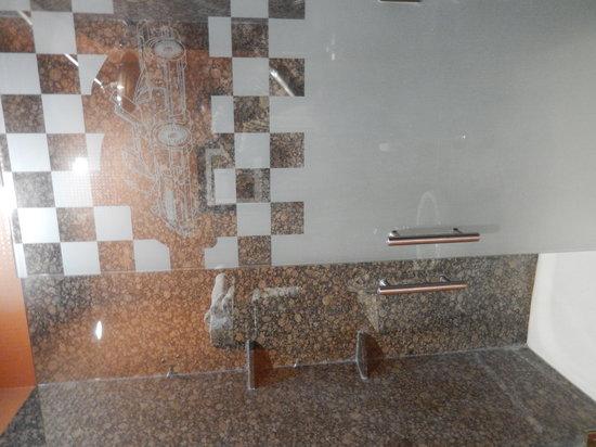 Best Western Premier KC Speedway Inn & Suites: Shower with racing theme door