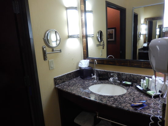 Best Western Premier KC Speedway Inn & Suites: Sink in the bathroom