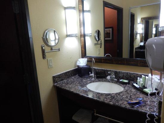 BEST WESTERN PREMIER KC Speedway Inn & Suites: Sink in the bathroom