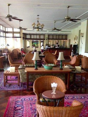 Raffles Grand Hotel d'Angkor: Colonial Charming Bar and Lounge