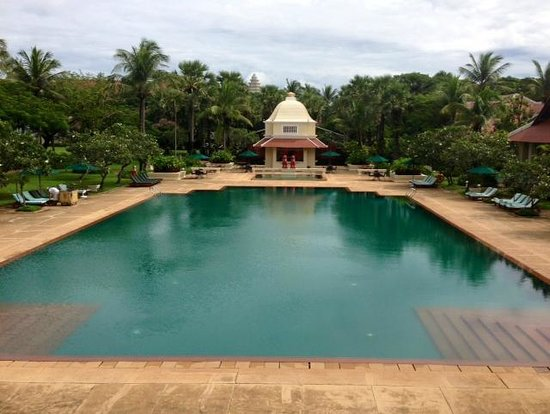Raffles Grand Hotel d'Angkor: Spectacular swimming pool and gardens
