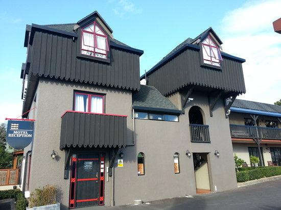 Knights Inn: Building