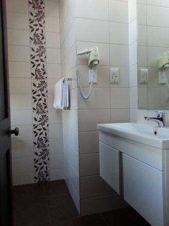 Knights Inn: Bathroom
