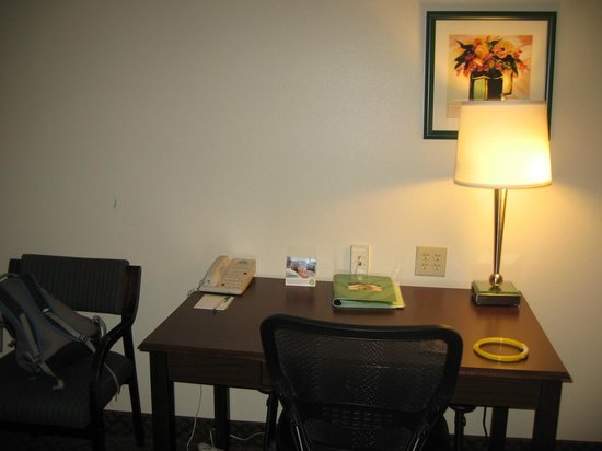 Wingate by Wyndham Lexington: Desk area across from bed