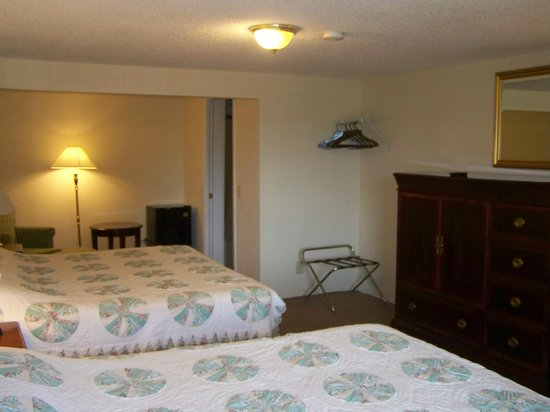 Golden Knight Inn and Suites: Double King Room