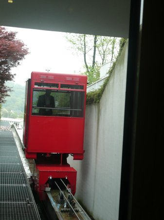 NH Prague City: Cable-car arriving at higher part of hotel