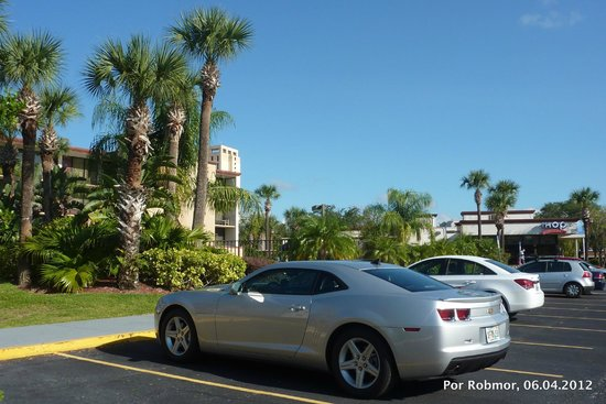 Days Inn Orlando Convention Center/International Drive: Estacionamento do Hotel