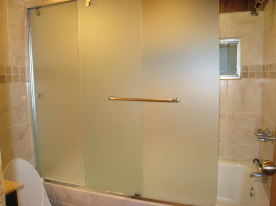Hotel Fonda Vela: Renovated bathroom with glass shower/tub combo