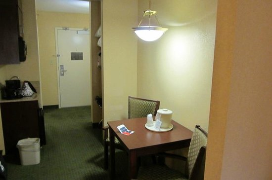 Holiday Inn Express & Suites Binghamton University-Vestal: Suite Area