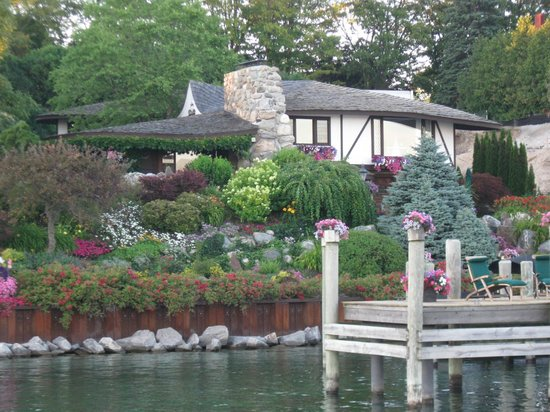 Sunshine Charters Day Tours: Home along lake