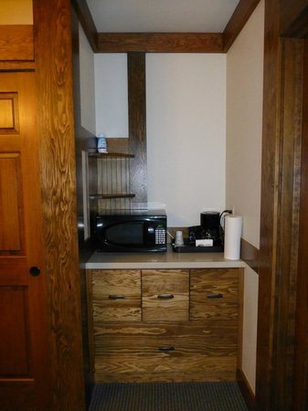 The Haber Motel: Microwave and coffee maker