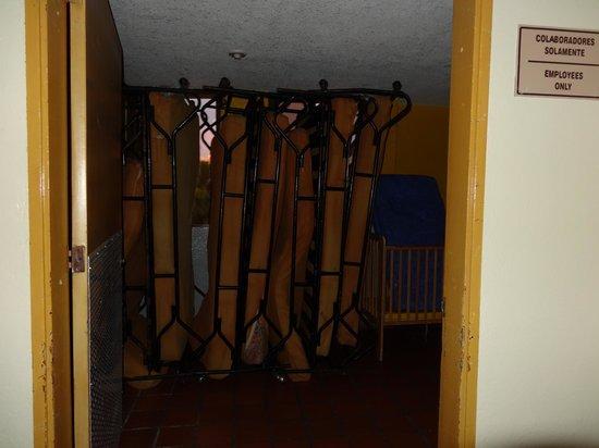 Samba Vallarta All Inclusive: Decoracion del hotel, diario permanecia abiera creo que pretenden decirnos como estan las camas.