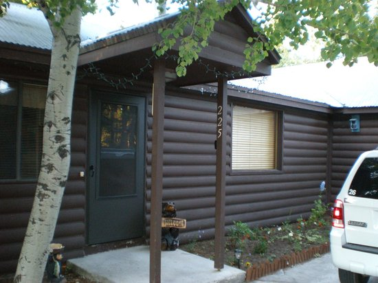 Yellowstone Wildlife Cabins: Outside entrance