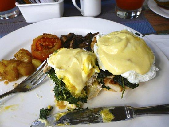 Kiss Bali: Eggs benedit brekkie. Yummo