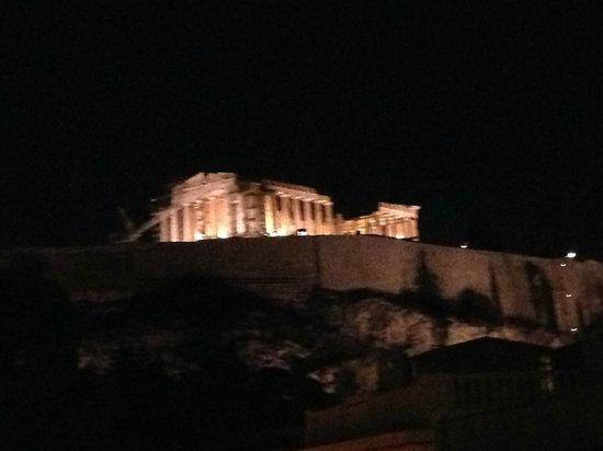 Acropolis View Hotel: NIght time view from the roof top terrace