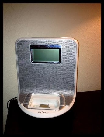 Beacon Pointe Resort: iPod dock that doesn't work with iPhones.