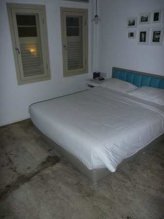 Kam Leng Hotel: Other than the floor it was a nice room. The floor was a finished concrete, though not too bad