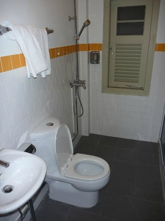 Kam Leng Hotel: Bathroom. Was actually fine even though it looks a bit sketchy
