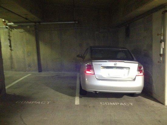 Hampton Inn & Suites Reagan National Airport: Tight spaces in underground garage
