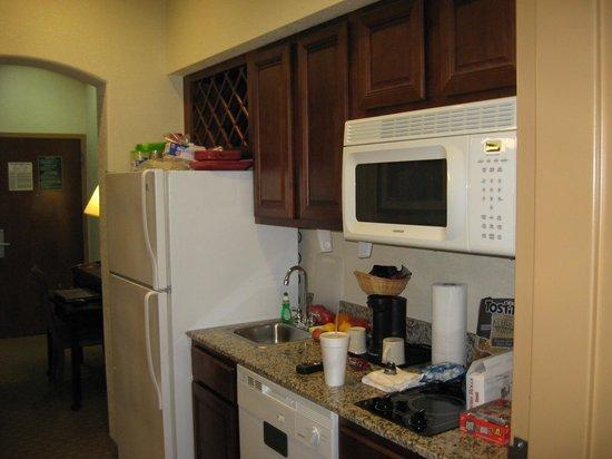 Hawthorn Suites by Wyndham Kingsland: Full kitchen including dishwasher