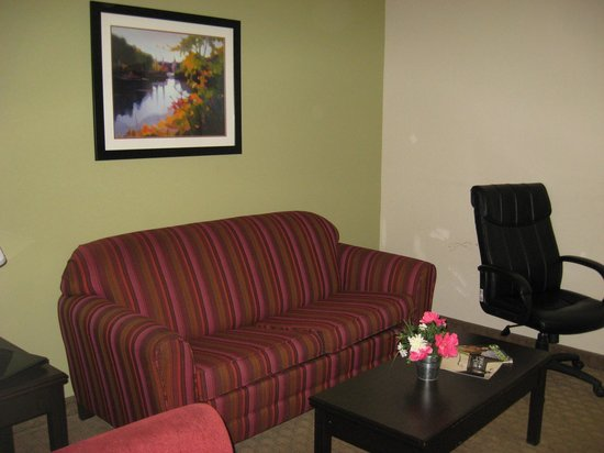 "Hawthorn Suites by Wyndham Kingsland: Living room  area with desk and 42"" flat screen"