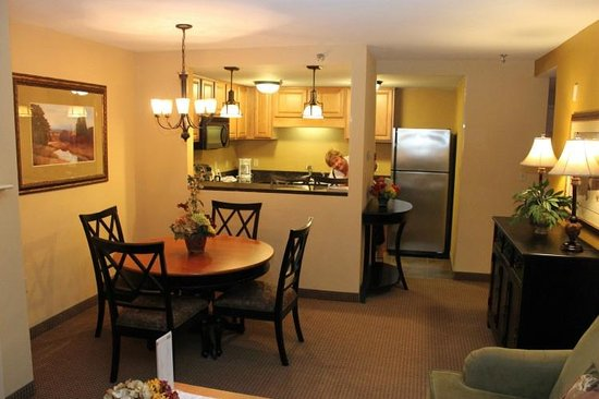 Holiday Inn Club Vacations Mount Ascutney Resort: Kitchen & Dining