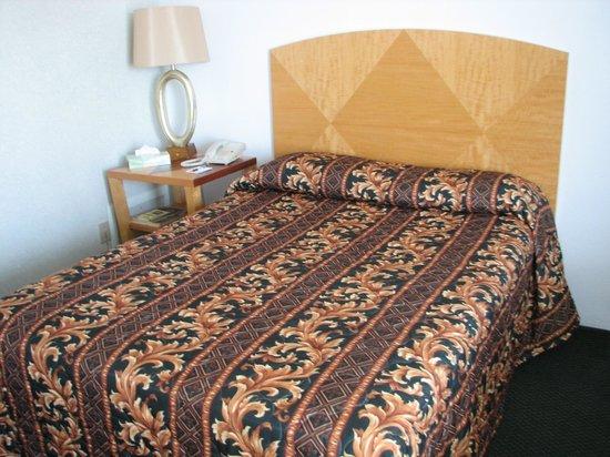 Le Voyageur Motel : Main room bed.