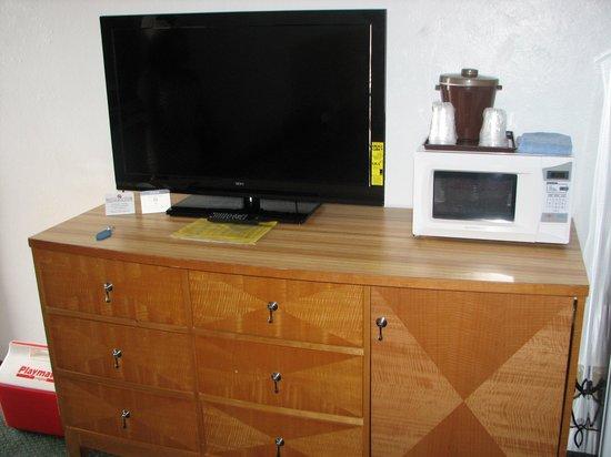 Le Voyageur Motel : Main room tv and dresser