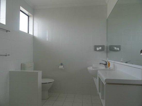 Hawk's Inn Motel : Bathroom