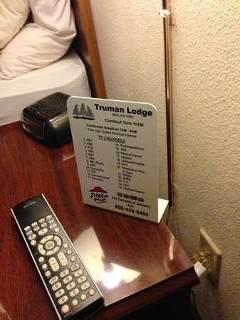 Truman Lodge : one outlet between the bed. to charge or to see? that is the question