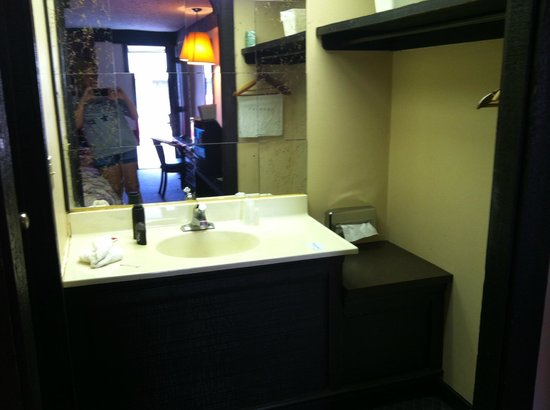 Legacy Inn Suites: just to show no fridge