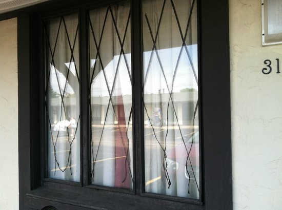 Legacy Inn Suites: windows