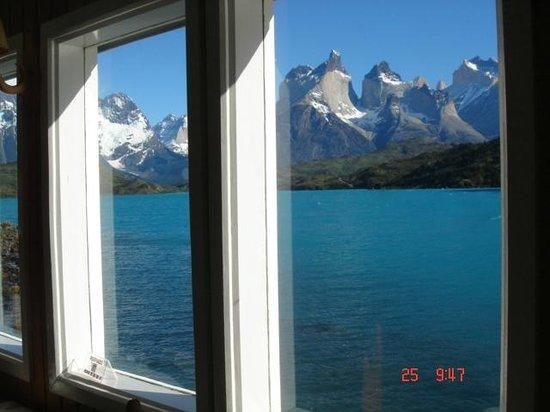 Hosteria Pehoe: Maciço do Paine sobre o Lago Pehoe da janela do salão-restaurante.