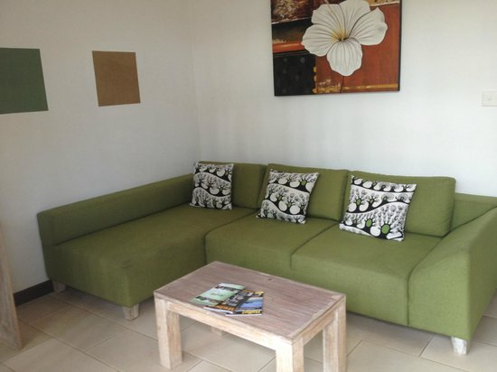 The Studio Bali: GREEN couch. Loved it. :)