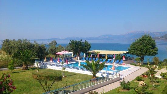 Cliff Bay Hotel: Poolområdet med restaurangen