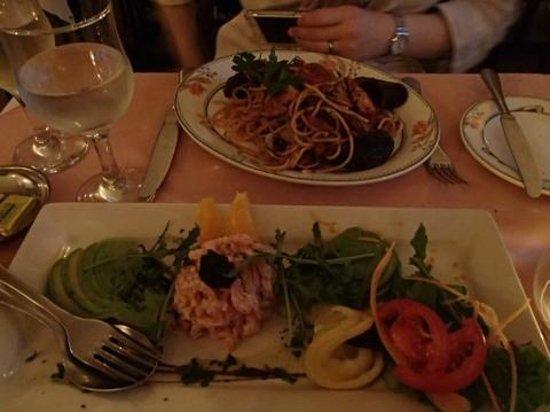 Peppino`s: シーフードパスタとエビとアボカドのサラダ
