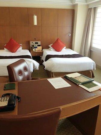 Royal Park Hotel: ベッド+テーブル
