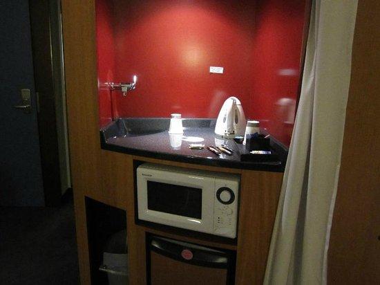 Suite Novotel Geneve : 電子レンジとポット コーヒーと紅茶もあります