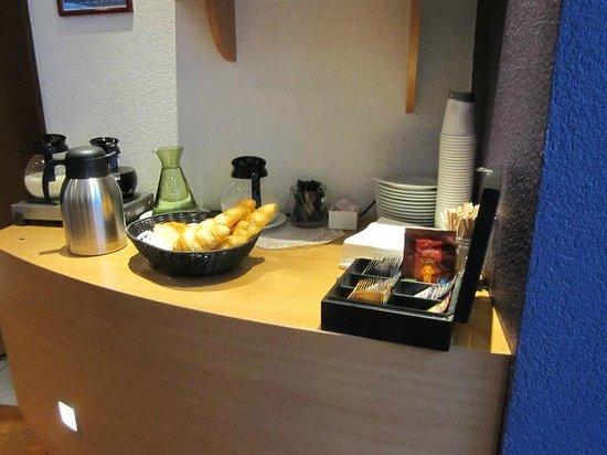 Suite Novotel Geneve : 無料の朝食 パンと飲み物
