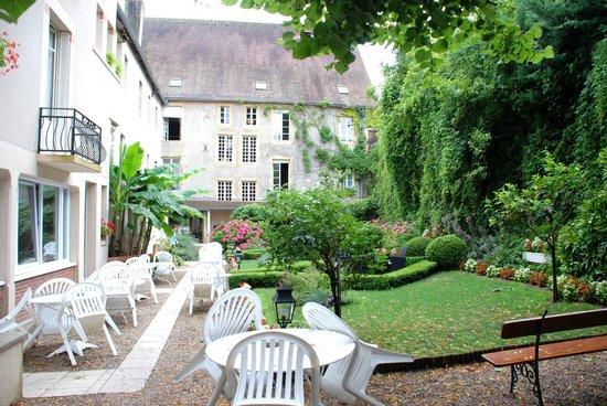 Logis Grand Hotel Montespan Talleyrand : L'hôtel : une partie des bâtiments vue du jardin