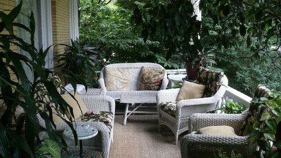 BEALL MANSION An Elegant Bed & Breakfast Inn: Porch sitting area