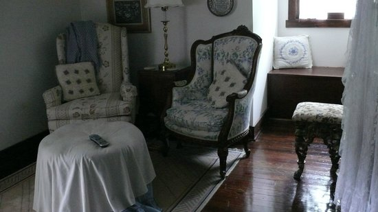 BEALL MANSION An Elegant Bed & Breakfast Inn: Servantʻs Quarters Sitting room