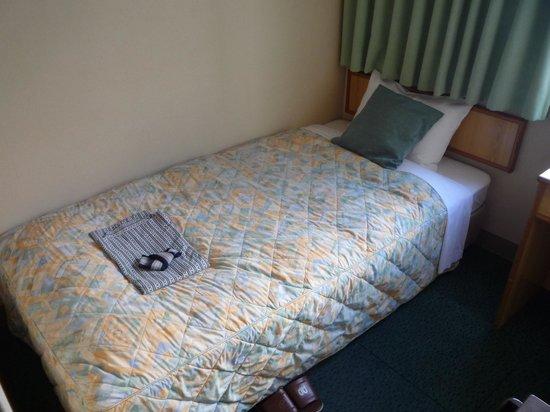 Hotel A P: シングルルームのベッド