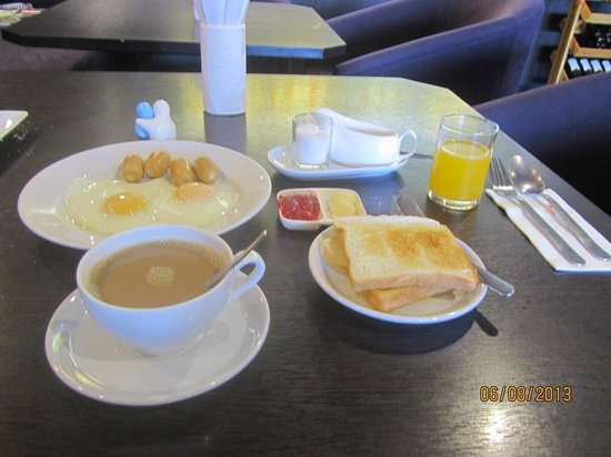 Miramar Hotel Bangkok: Toast, eggs and sausages