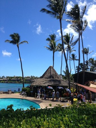 Napili Shores Maui by Outrigger: Gazebo and pool area next to beach