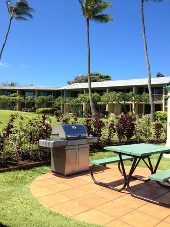 Napili Shores Maui by Outrigger: BBQ area with picnic tables
