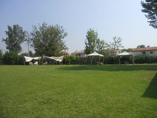 Ca' Borgo delle Rane: Il bel giardino (3): qui ci starebbe tanto bene la piscina...